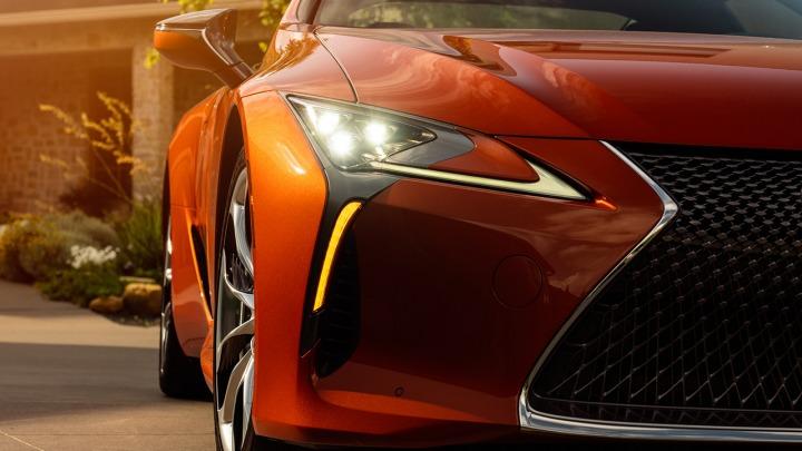 Ekscytujący kolor Blazing Carnelian dla coupe Lexusa
