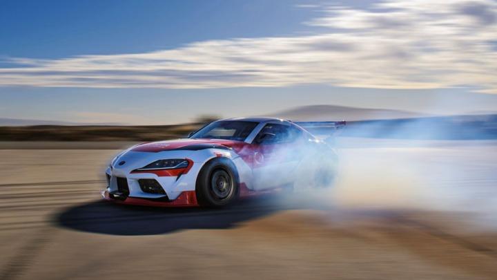 Autonomiczny samochód o umiejętnościach kierowcy driftowego